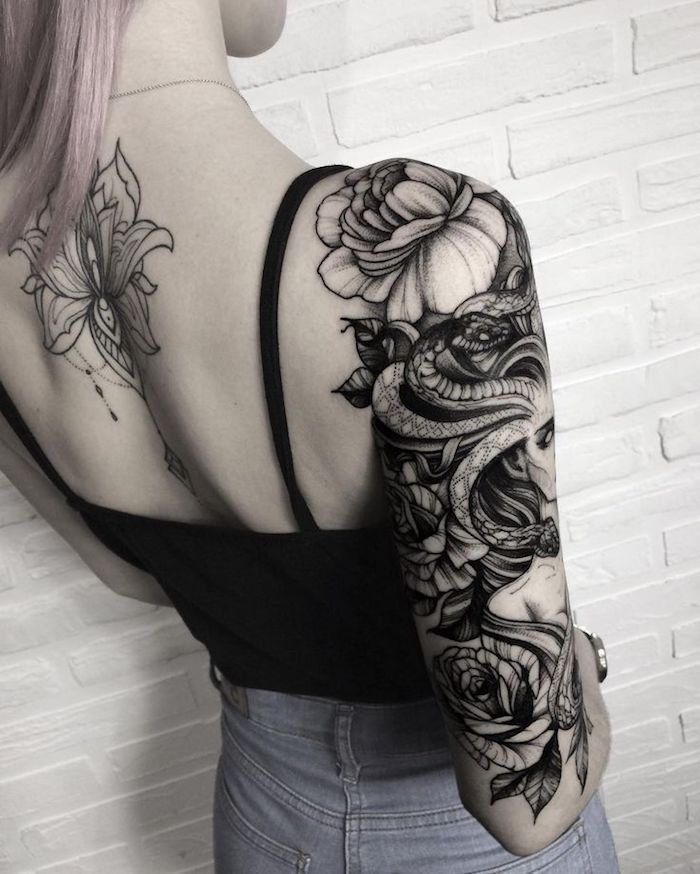 tatuaje flor de loto en la espalda y precioso tatuaje en el brazo entero, diseños de tatuajes originales para mujeres