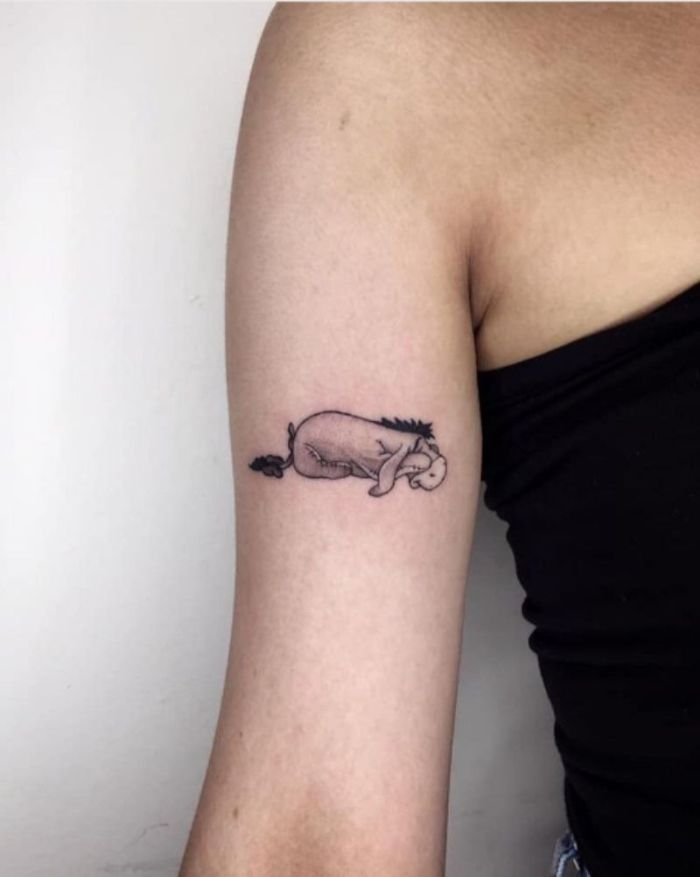 tatuaje Eeyore del oso Pooh, tatuajes pequeños con grande significado, bonito tatuaje en el brazo en estilo minimalista