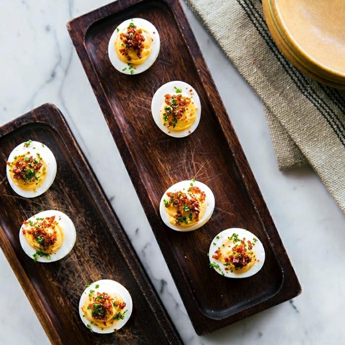 mitades de huevos con especias, recetas sencillas y rapidas para empezar el día, comidas fáciles y nutritivas desayuno