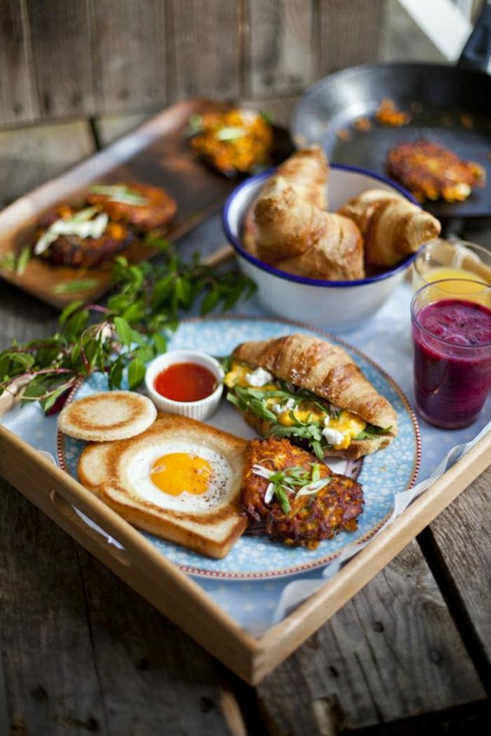 las mejores propuestas para un desayuno almuerzo, croissant relleno, mixto con huevo estrellado y jugo de frutas
