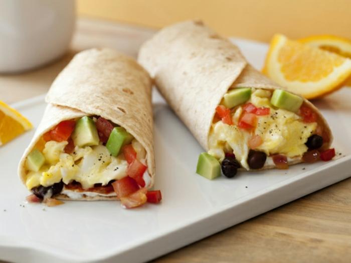 burritos caseros super ricos con huevos revueltos, tomates y aguacate, recetas sencillas y rapidas en imagenes, ideas desayuno almuerzo