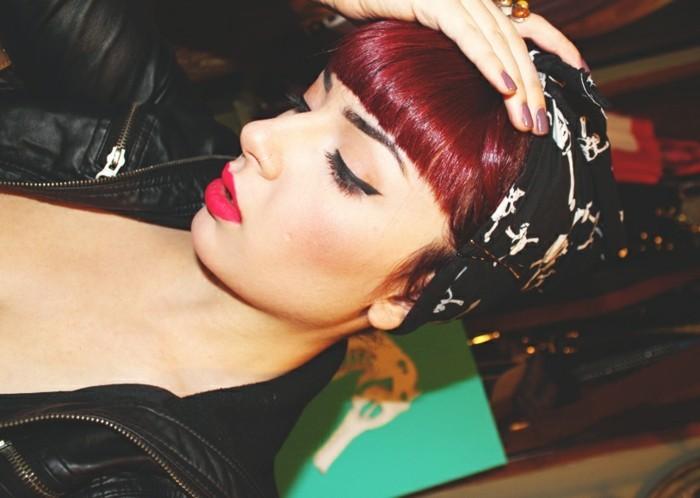 peinados grease originales, detalles decorativos en el pelo, cabello color rojo brillante, colores de pelo originales