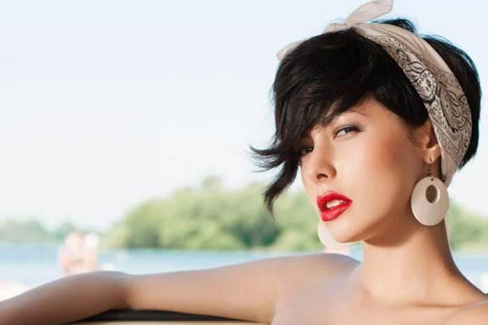originales ideas de chicas con peinado pin up, corte de pelo corto con flequillo lateral rizado, fotos de cortes de pelo