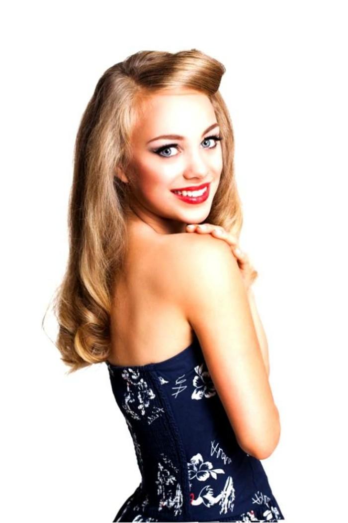 peinados grease pelo suelto, chica pin up con vestido azul en motivos florales y peinado en estilo vintage, peinados retro fotos