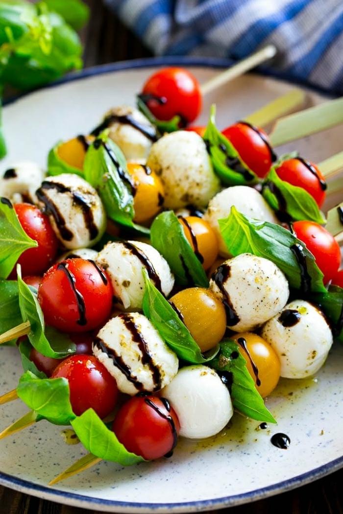 pinchos caprese, ideas de ensaladas saludables y frescas para el verano, pinchos con tomates cereza, bolas de mozzarella y albahaca