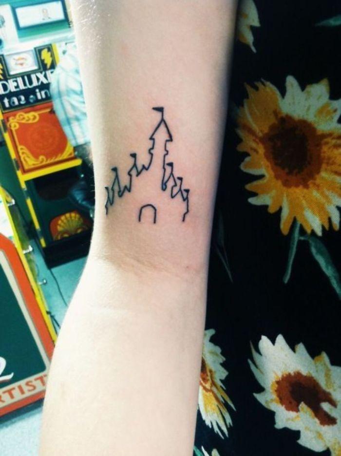 fotos de castillo disney dibujo, tatuaje en el brazo con alto significado, diseños de tatuajes originales que recuerden a la infancia