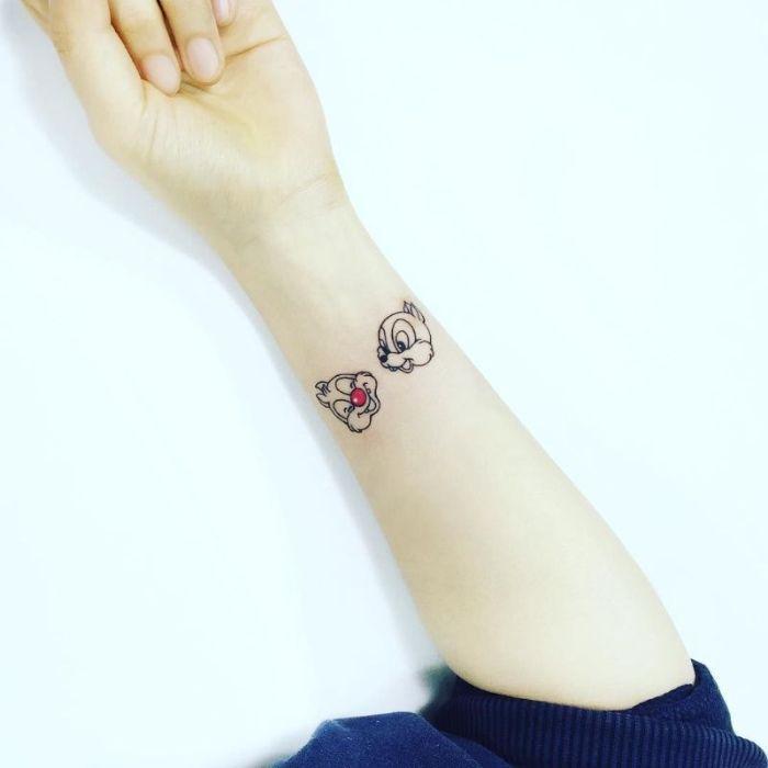 tatuaje minimalista en la muñeca, tatuaje Cheap y Dale, diseños de tatuajes bonitos y originales, dibujos de tatuajes