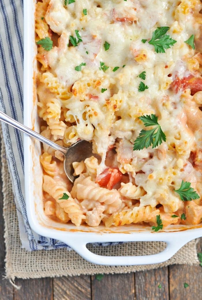 cacerola rica con pasta y quesos, pasta en el horno con perejil, ideas de recetas sencillas y rapidas en fotos para inspirarte