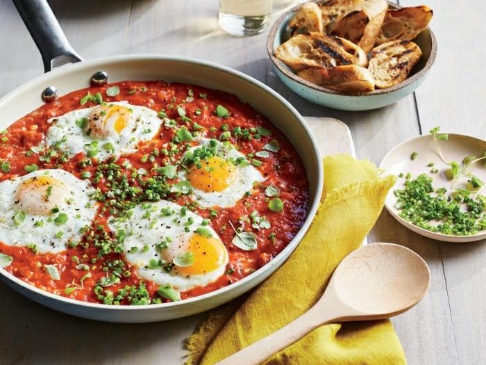 como hacer platos ricos con huevos para desayuno, cocido con salsa de tomates, huevos estrellados y cebolla verde