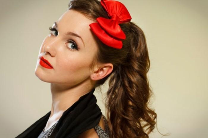 como llevar una coleta en estilo vintage, peinados pin up pelo largo, fotos de peinados pelo largo con adornos de pelo