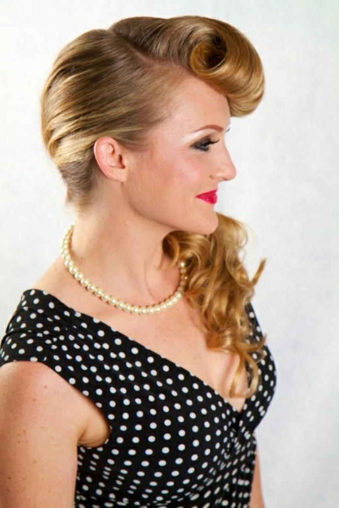 peinados pin up pelo largo, coleta lateral con grande flequillo ondulado, collar con perlas y vestido negro con lunares
