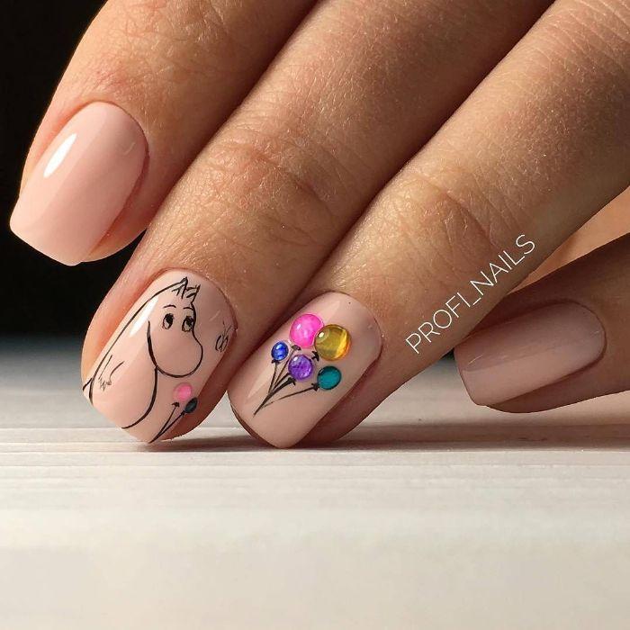 uñas pintadas en tono nude con bonitos dibujos y perlas decorativas en colores, diseños uñas cortas en 85 fotos