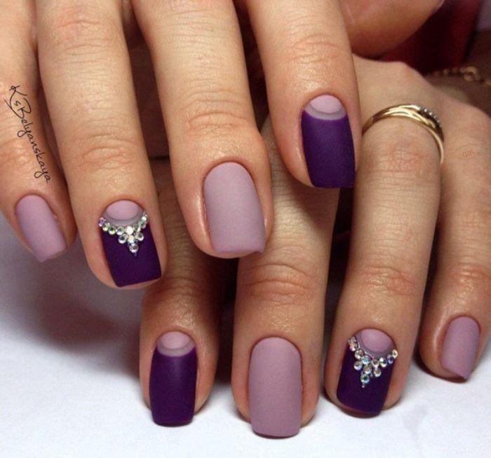 uñas largas de forma cuadrada pintadas en morado y lila con decorados de perlas y cristales, uñas pintadas en colores pastel