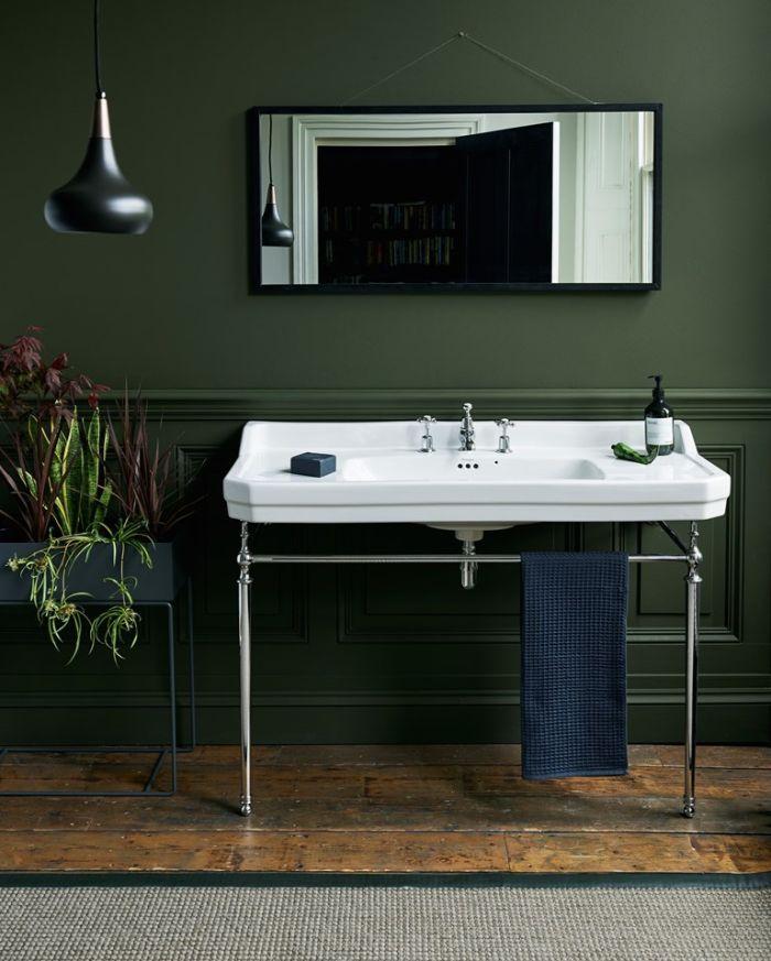 cuartos de baño rusticos modernos, paredes de cuartos de baño decorados en colores oscuros, suelo de madera y lavabo vintage