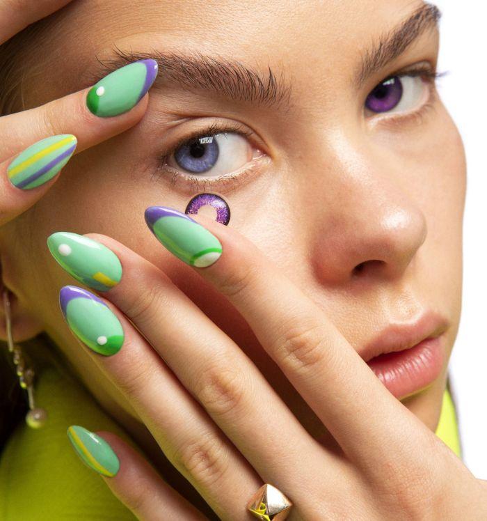 ideas de uñas largas decoradas con detalles geométricos y gráficos, uñas pintadas en colores para el verano bonitos