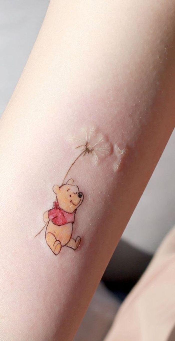 tatuaje minimalista el Oso Pooh, tatuajes minimalistas con mucho encanto, diseños de tatuajes simbolicos para cada gusto