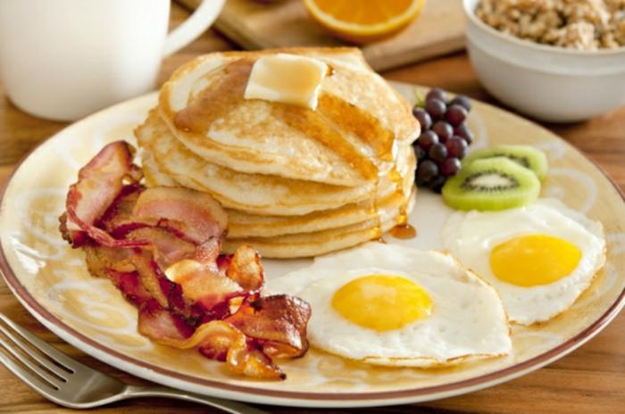 el desayuno perfecto para tu fin de semana, crepes americanos con jarabe de acre, tocino frito y huevos estrellados