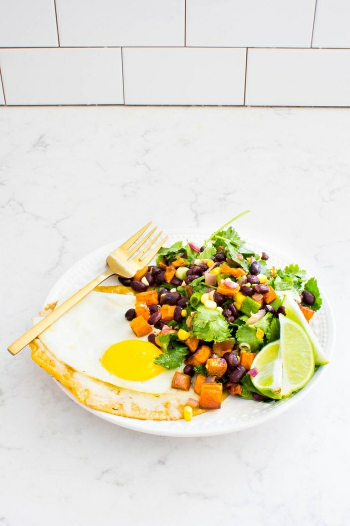 vegetales cocidos al horno con huevos estrellados y lima, desayunos clásicos, comidas rapidas y faciles en apetitosas imagenes