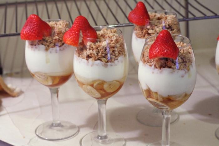 recetas de postres faciles y rapidos, como hacer un desayuno saludable con yogur griego, yogur con cereales y plátanos