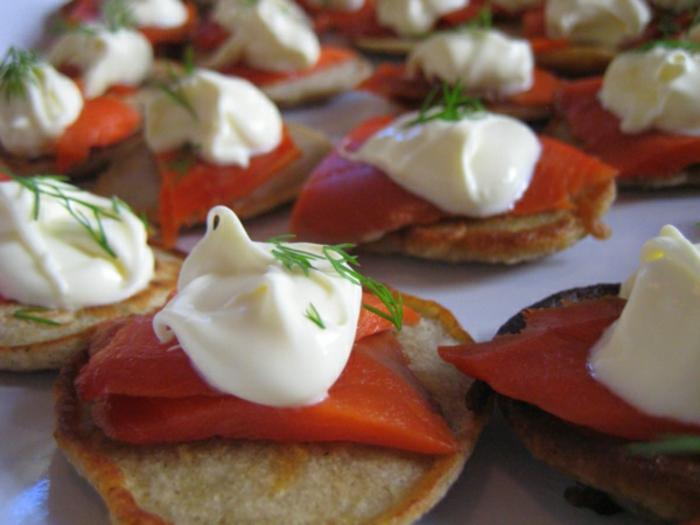tostadas con salmón ahumado, crema de queso y eneldo, comidas rapidas y faciles para empezar el día, menu saludable