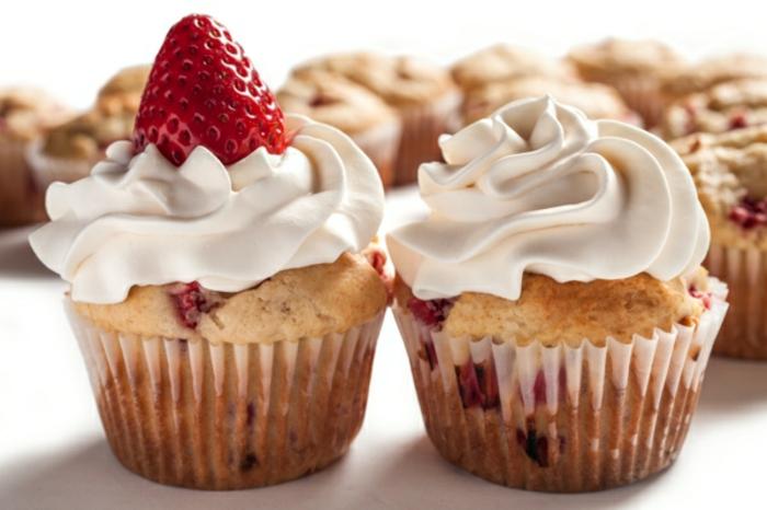 magdalenas con crema espesa y fresas frescas, las mejores ideas para un desayuno almuerzo, desayunos dulces ricos