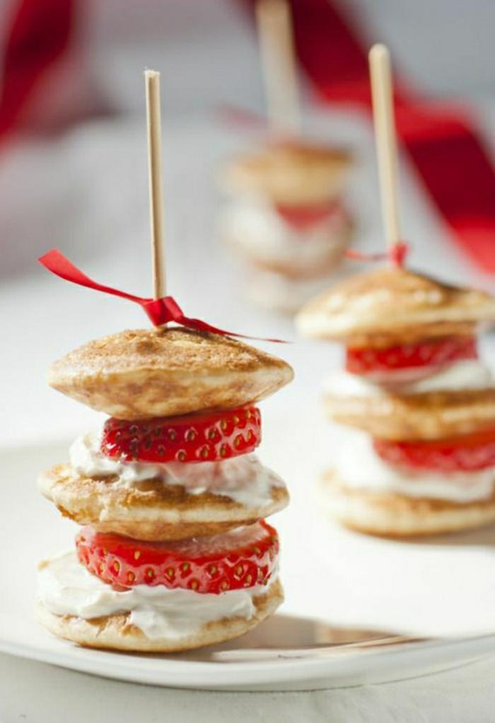 recetas rapidas para un brunch especial, pinchos con mini panqueques americanos, nata y fresas frescas, fotos de comidas