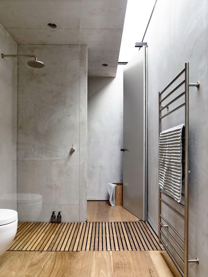 cuartos de baño rusticos con paredes de hormigón y suelo de parquet, luces empotradas, reformar cuartos de baño