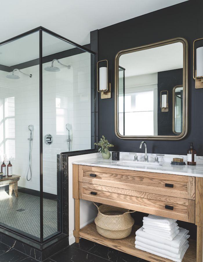 cuartos de baño decorado en blanco y negro con detalles de madera y cabina de ducha, baños pequeños decorados en colores oscuros