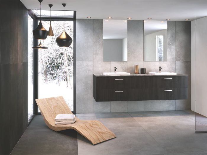 cuartos de baño grandes, baldosas para cuartos de baño en color gris, baños modernos con luces empotradas y muebles de diseño