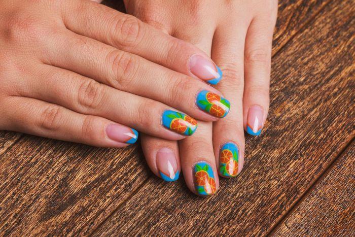 uñas francesas decoradas con motivos veraniegos, dibujos en las uñas, modelos de uñas coloridos para el verano