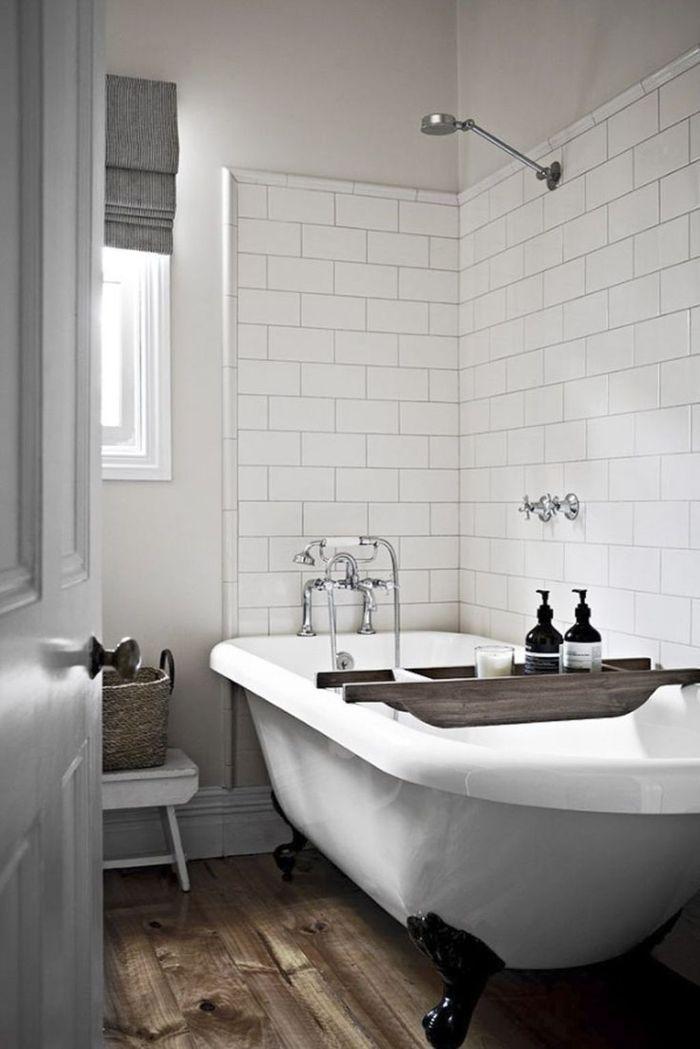 baños modernos en estilo rústico, detalles para baño rústicos, pequeño baño decorado en blanco con suelo de madera y bañera patas garra
