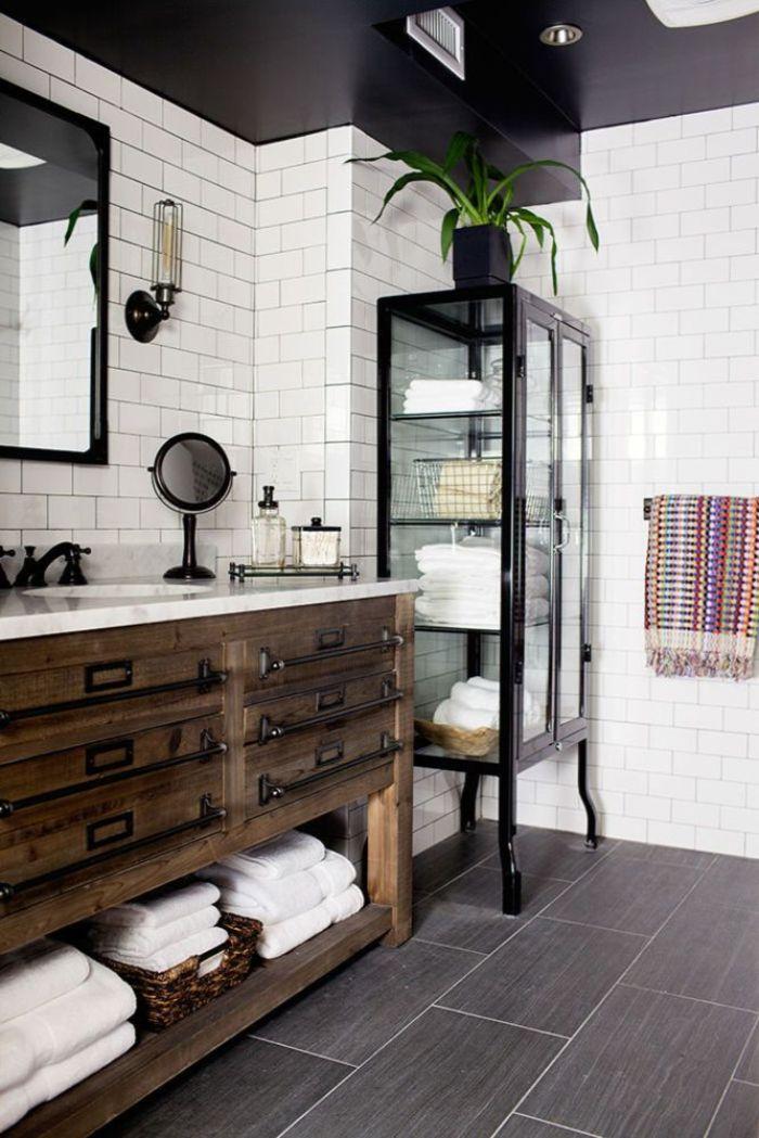 baños rusticos decorados con mucho encanto, baldosas en color gris, cofre grande de madera y azulejos blancos, techo en color negro