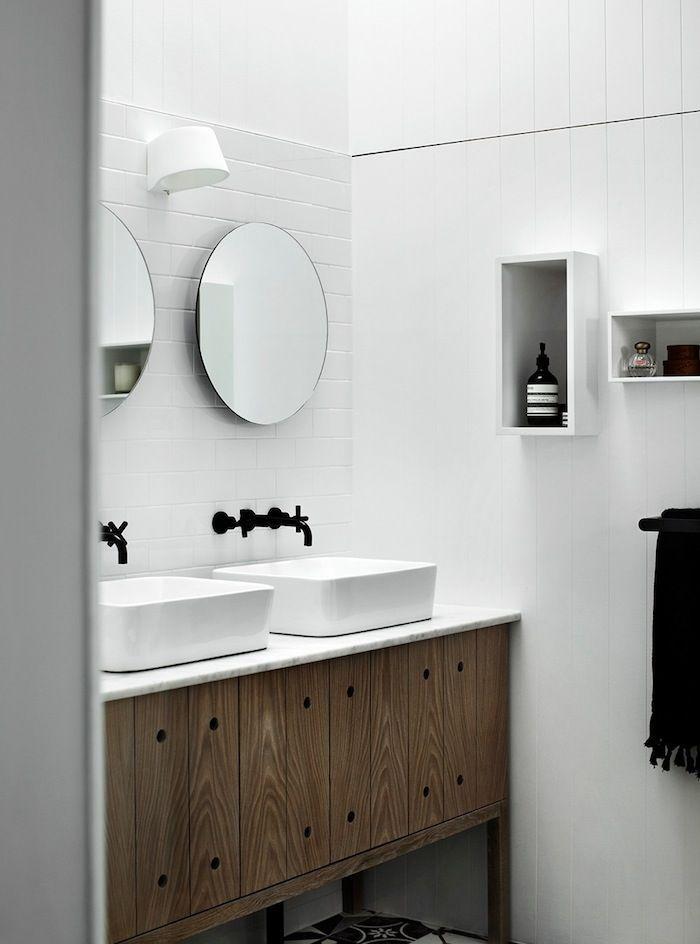 baños blancos con muebles de madera, decoración de espacios pequeños, ideas para agrandar el espacio visualmente