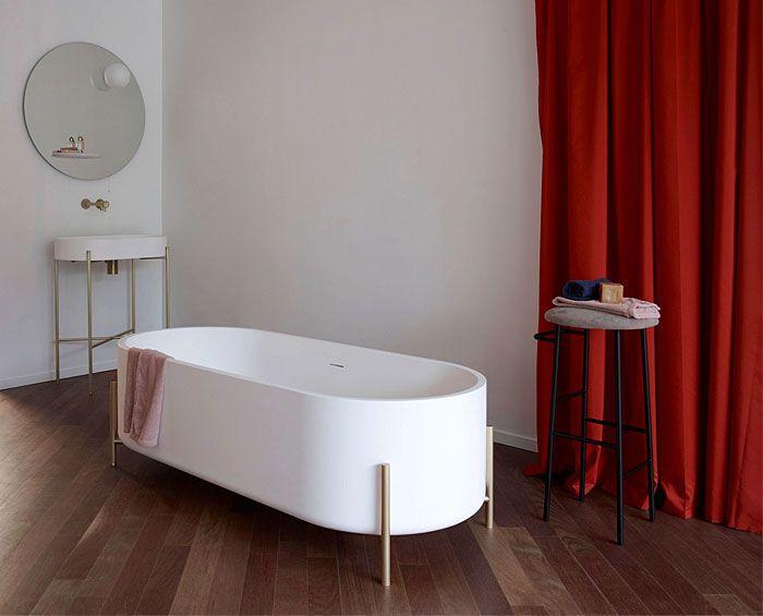 super originales diseños de baños decorados en estilo vintage, cortinas de peluche en color rojo, paredes blancas y suelo de parquet