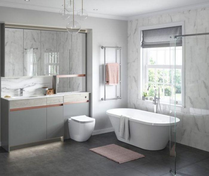 baño grande decorado en blanco y gris con bañera moderna y detalles en rosado, fotos de cuartos de baño modernos
