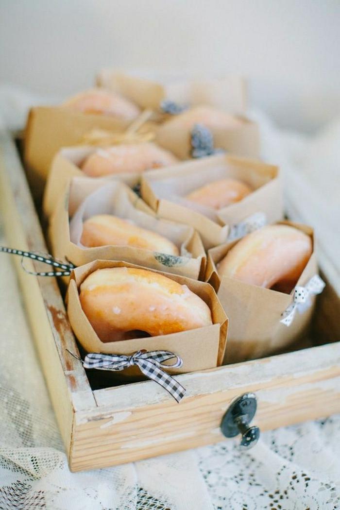 originales ideas para un brunch casero con amigos, rosquillas ricas en embalaje bonito, ideas de desayunos en fotos