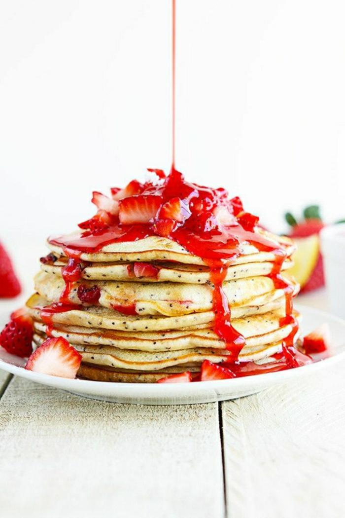 recetas faciles y rapidas para comer en desayuno, crepes casero con semilla, fresas frescas y mermelada de fresas