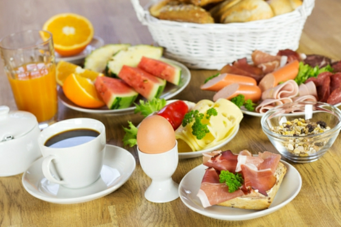 ideas en fotos sobre qué es un brunch, recetas faciles y rapidas para comer, desayuno saludable con bocadillos, embutidos y frutas