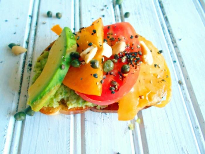 tostadas fáciles de hacer y super ricas, tostada con aguacate, pimientos y tomate, recetas faciles y rapidas para comer