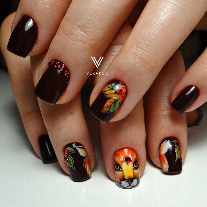 uñas decoradas elegantes con dibujos de animales y motivos florales, uñas cortas cuadradas pintadas en bordeos oscuro