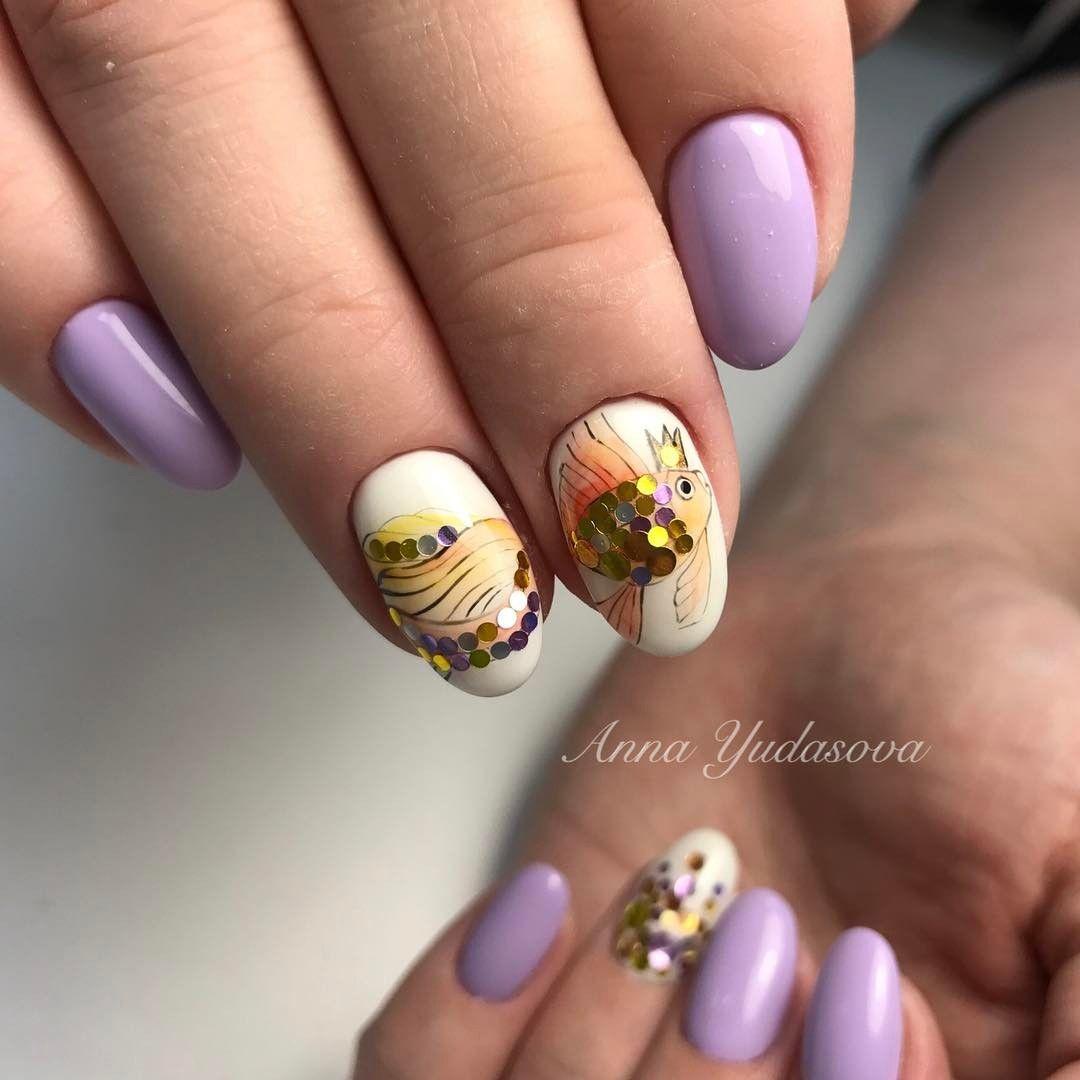 maravillosos ejemplos de nail art con dibujos de flores y animales, uñas largas almendradas en blanco, lila y dorado