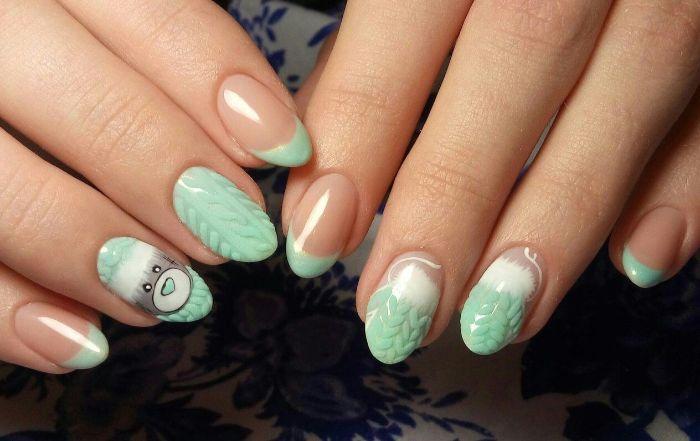 uñas francesas decoradas con puntas en color verde menta y dibujos divertidos, diseños de uñas elegantes en imagenes