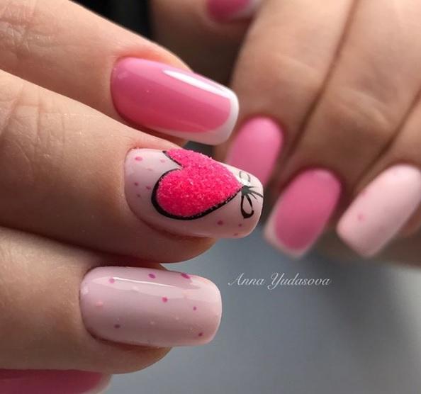 preciosos diseños en rosado, uñas francesas decoradas, bonita decoración con corazon, diseños para San Valentín