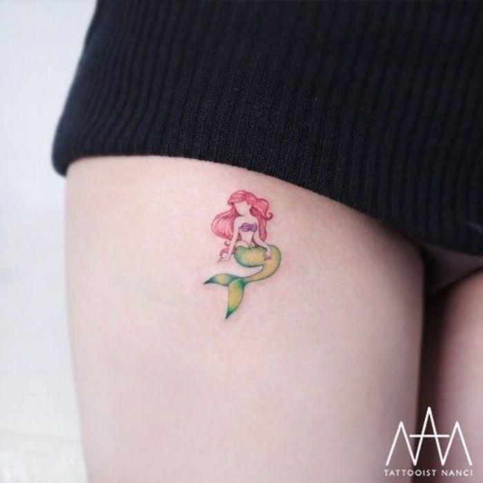 estilos de tatuajes Disney, tatuaje pequeño en la cadera, tatuaje con la Serenita Ariel, diseños de tatuajes chicos y delicados