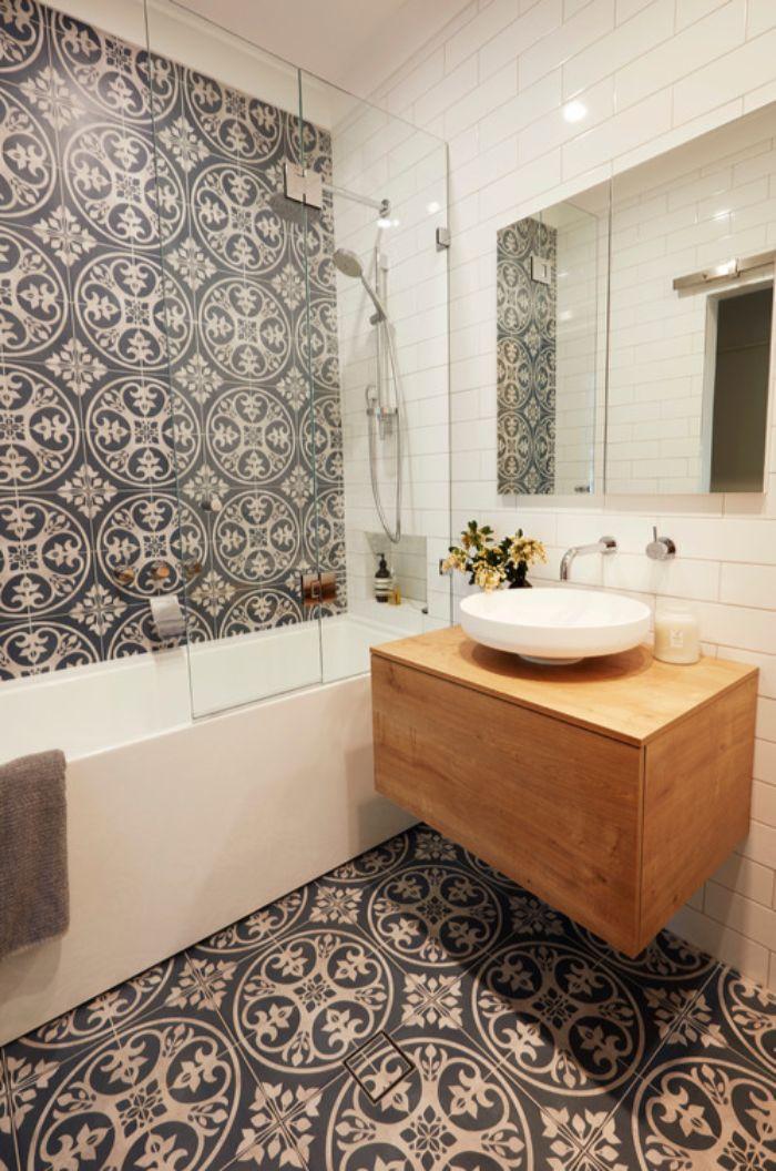 super originales fotos de baños modernos con ducha, azulejos ornamentados, baldosas blancas y armario de madera