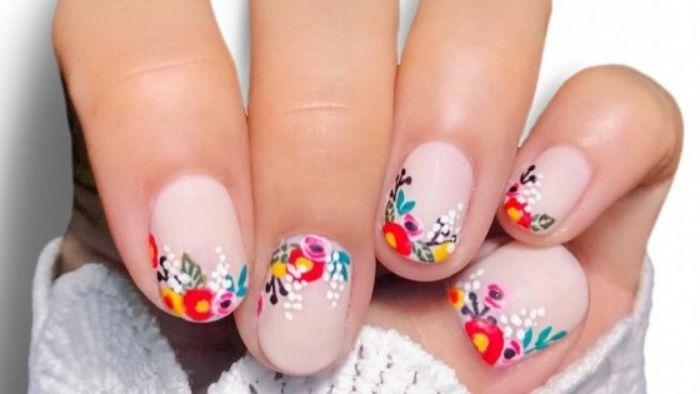 uñas decoradas elegantes con puntas con flores coloridos, fotos de uñas pintadas en tonos nude con decoraciones