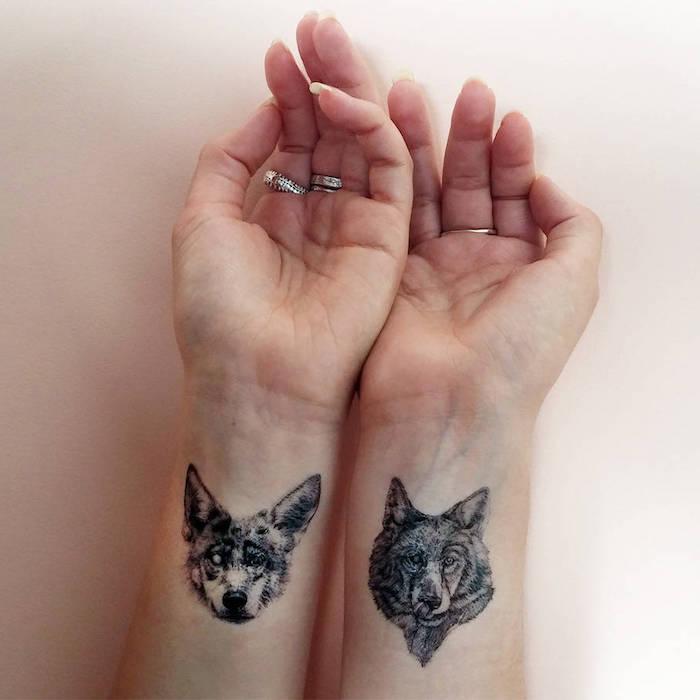 dos diseños de tatuajes lobo en la muñeca, fotos de tatuajes pequeños para mujer, los mejores tatuajes de animales