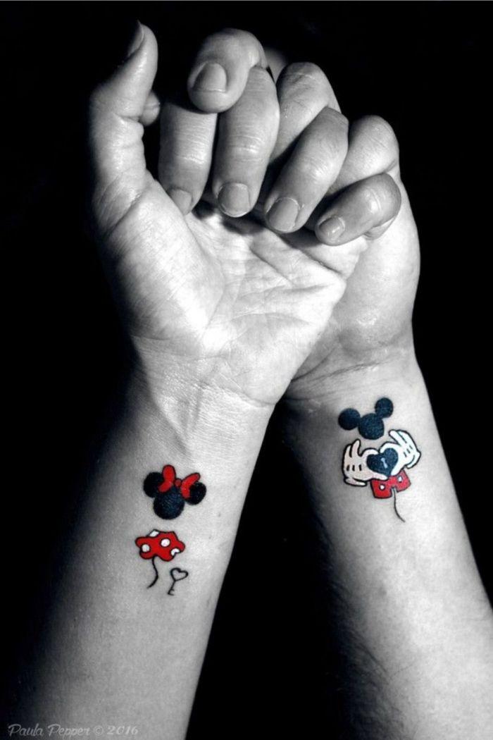 ideas de tatuajes para parejas, tatuaje Mickey y Miney, diseños de tatuajes simbólicos, ideas de tatuajes en la muñeca