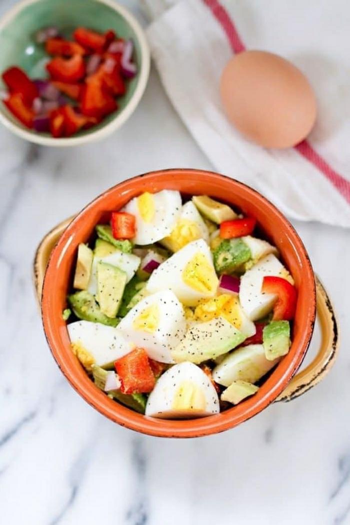 ensaladilla casera con huevos cocidos, pimientos rojos y trozos de aguacate, recetas faciles y rapidas para comer