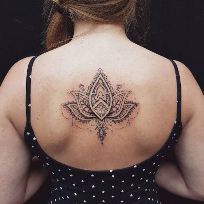 tatuaje flor de loto en la espalda, tatuajes pequeños para mujer, tatuajes simbólicos con fuerte significado, diseños de tattoos